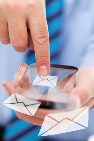 Geschäftsmann Hände mit futuristischen transparent Smartphone Senden von Mail-Nachrichten Standard-Bild