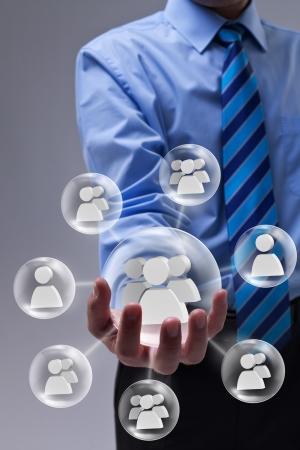 relation clients: Homme d'affaires utilisant les r�seaux sociaux comme outil de marketing
