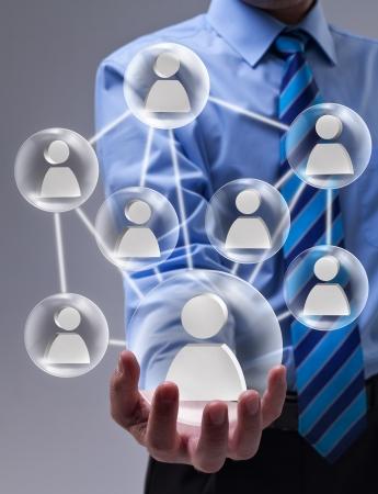 apalancamiento: Concepto de red social con speheres vidrio conectados y mano empresario Foto de archivo