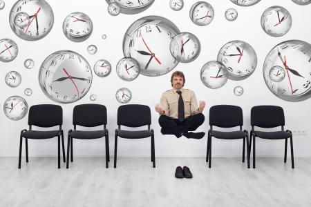 Projectmanager jongleren met deadlines - omgeven door vervormde wandklok bubbels