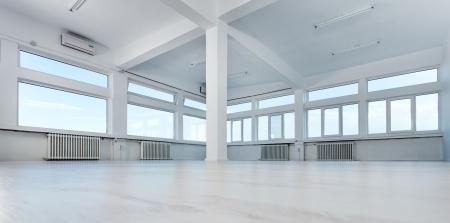 Leeg kantoor ruimte met grote ramen