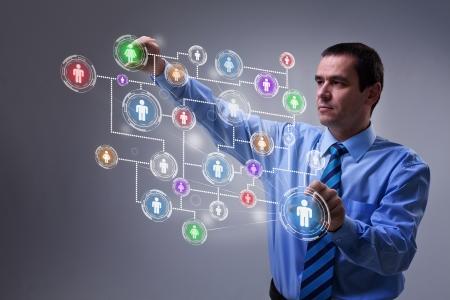 Zakenman met behulp van moderne sociale netwerken interface op virtuele scherm