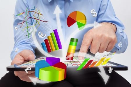 태블릿 컴퓨터에서 작업하는 사업가 - 차트 및 보고서 작성 스톡 콘텐츠