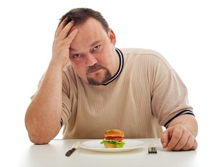 식사를 충분히 가지고 있지에 대한 위기의 남자 - 음식과 접시에 초점