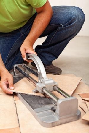 Worker Schneiden Keramikfliesen - Großansicht auf Schneider und Hände Standard-Bild - 23448217
