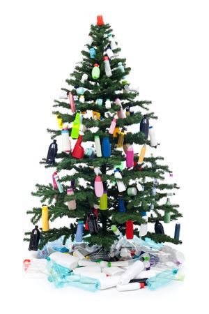 plastico pet: Las botellas de plástico pierden decorar un árbol de Navidad - concepto de medio ambiente, aislado