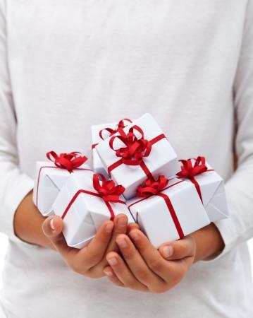 Veel kerstcadeautjes in kindhanden - dankbaarheid voor overvloed concept, met een kopie ruimte