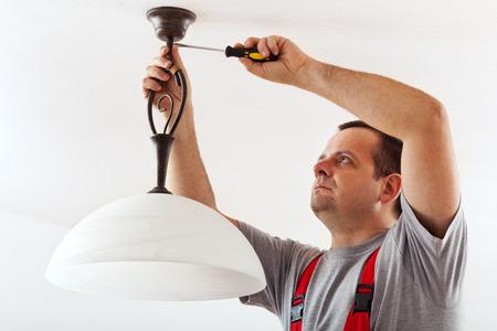 전기 설치 천장 램프 - 와이어 마스크 설치 스톡 콘텐츠 - 25748141