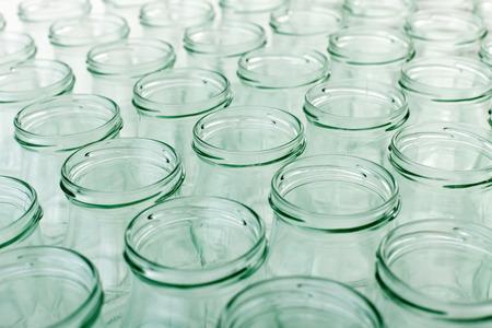 bocaux en verre: Beaucoup de bocaux en verre vides pr�ts pour la mise en conserve Banque d'images