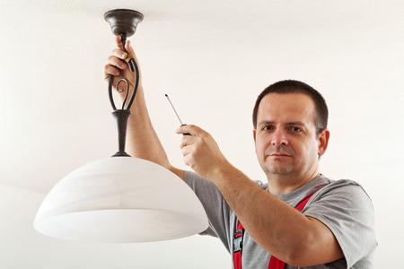 전기 설치 천장 램프 - 근접 촬영