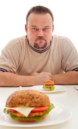 deceptive: Valse reclame en werkelijkheid - man ontevreden over de grootte van zijn hamburger