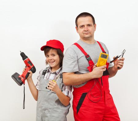 전기 팀 - 아버지와 아들 약간의 전기 작업을위한 준비 스톡 콘텐츠