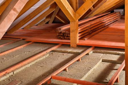 Worksite voor het installeren van thermische isolatie met behulp van minerale wol panelen - work in progress Stockfoto