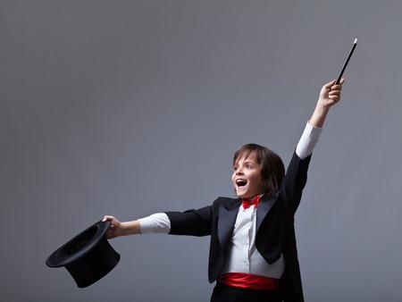 sombrero de mago: Mago joven que realiza un truco - con un montón de espacio de la copia Foto de archivo