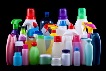 Gebruikelijke plastic flessen uit een huishouden geïsoleerd op zwart - vervuiling en milieu concept