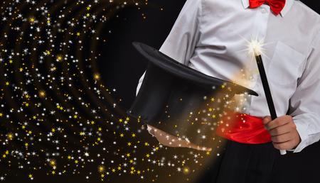 mago: Manos del mago con varita mágica de magia estrellas espumosos Stream - espacio de la copia