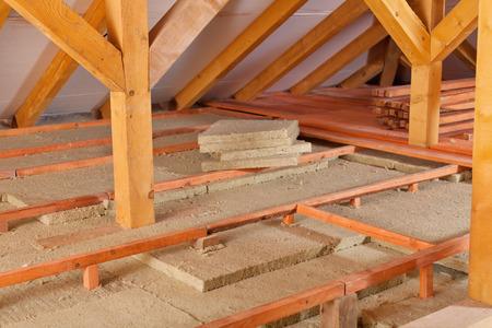 미네랄 울 P-anels 및 나무 널빤지 - 지붕에서 단열재를 설치하는 작업 사이트 스톡 콘텐츠