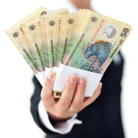 mucho dinero: pilas de moneda rumana en mano de la mujer - de cerca, profundidad, aislado