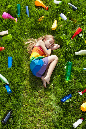 botar basura: La ilusión de la seguridad - soñando con un futuro colorido mientras que la destrucción del medio ambiente Foto de archivo