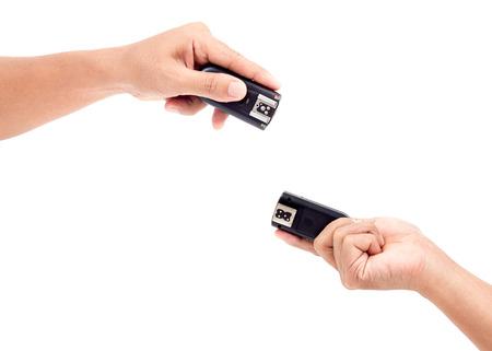 gatillo: Disparador de flash inal�mbrico en la mano, aislado sobre fondo blanco
