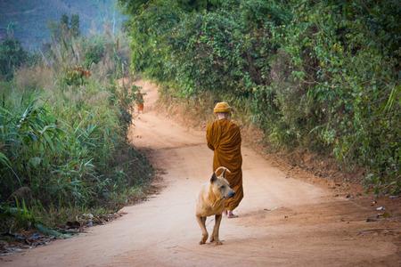 limosna: Limosna Ronda de monje budista en Tailandia.
