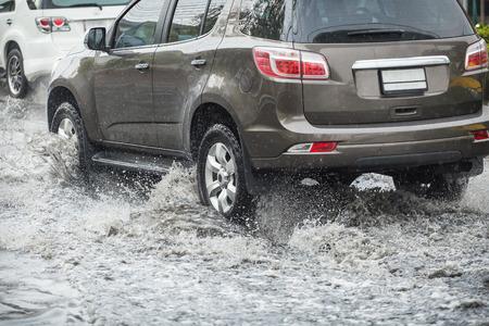 Splash par une voiture car il passe par les eaux de crue
