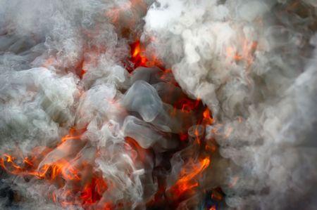 under fire: Fuego bajo una fuerte humo