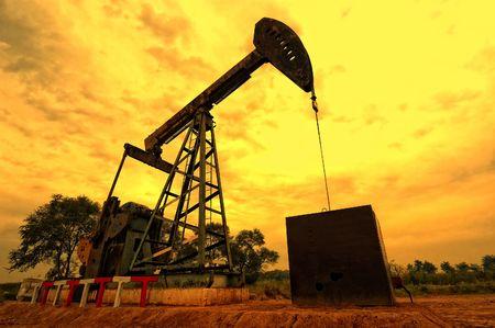 puits de petrole: Unit� de pompage du p�trole au moment du coucher du soleil Banque d'images