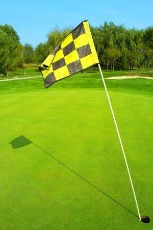 golf drapeau: Indicateur de golf sur un vert le matin