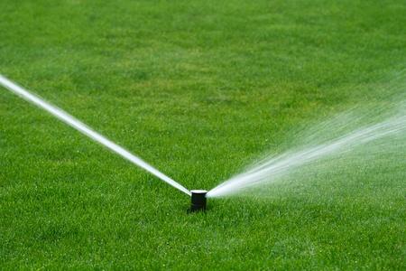 Lawn sprinkler sproeien van water