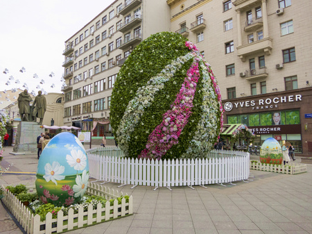 giant easter egg: Moscow, Russia - April 28, 2016: Decorations for Easter Day. Gigantic floral and painted eggs. Monument to Konstantin Stanislavsky and Vladimir Nemirovich-Danchenko.
