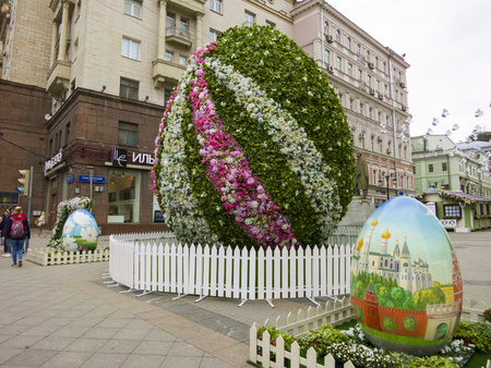 giant easter egg: Moscow, Russia - April 28, 2016: Decorations for Easter Day. Big flower and painted eggs.
