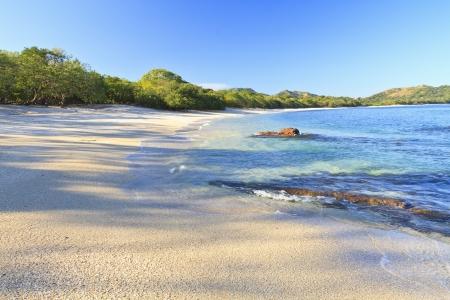 Zand en schelpen op Playa Conchal en de azuurblauwe wateren van de Stille Oceaan in Guanacaste, Costa Rica Stockfoto