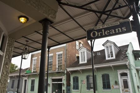 ・ オーリンズ ニユー ・ オーリンズ、ルイジアナのフランス語四半期の路上バルコニーの下で