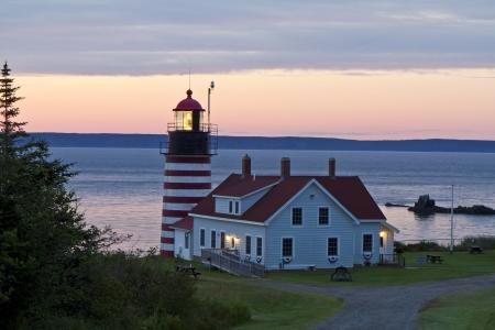 WestQuoddy Leuchtturm, dem östlichsten Punkt in den Vereinigten Staaten, bei Sonnenaufgang, mit Grand Manan Island in den Hintergrund