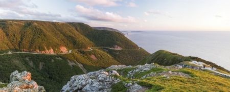 Die Wickel Cabot Trail Straße von hoch oben gesehen, auf dem Skyline Trail bei Sonnenuntergang im Cape Breton Highlands National Park, Nova Scotia Standard-Bild - 24558368