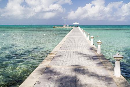 Rum Point Dock erstreckt sich in den blau-grünen kristallklarem Wasser auf der Nordseite von Grand Cayman, Cayman Islands, BWI Standard-Bild
