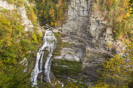 enfield: Lucifero cade in autunno visto dal trascurare di Robert H. Treman State Park a Trumansburg, New York