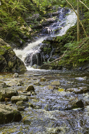 baratro: Macintosh Brook cadute spruzza attraverso una piccola voragine al largo della Cabot Trail nel Parco Nazionale di Cape Breton Highlands, Nova Scotia Archivio Fotografico