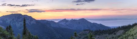 Ein Sonnenuntergang Panorama Blick nach Norden von Hurricane Ridge über Hurricane Hill, Unicorn Peak und Mt., Angeles in Richtung der nebeligen Straße von Juan de Fuca in Nationalpark, WA