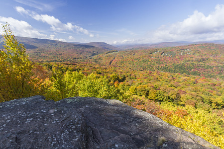 Peak Autumn Colors on Brush Ridge and Fleischmann Mountain seen from a ledge on Monka Hill in the Catskills Mountain of upstate New York. 版權商用圖片