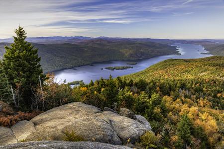 Das nördliche Ende des Lake George und der Zunge Gebirge von einem Aussichtspunkt auf dem Schwarzen Berg in den Adirondack Mountains von New York zu sehen Standard-Bild - 64134221
