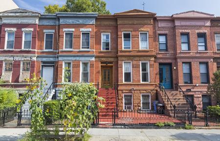 Eine Reihe des Ziegelsteinwohngebäudes auf Union Street in der Crown Heights-Nachbarschaft von Brooklyn, New York