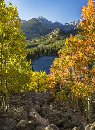 Color de principios de otoño sobre Bear Lake con Longs Peak en el fondo en el Parque Nacional de las Montañas Rocosas, Estes Park, Colorado.