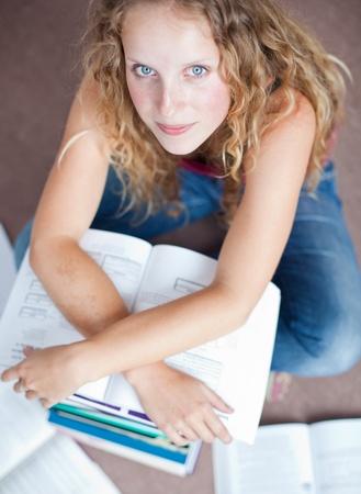 adolescentes estudiando: estudiante bastante femenina en una biblioteca (DOF superficial; imagen en tonos de color)