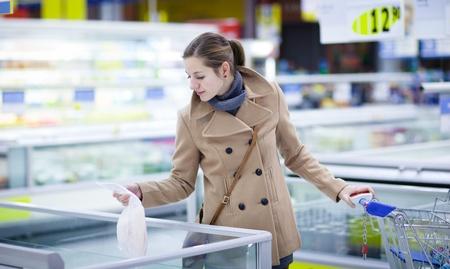 fish store: Linda youman comprar comestibles en un supermercadocentro comercialsupermercado - congelado pescado (color en tonos imagen; DOF superficial)