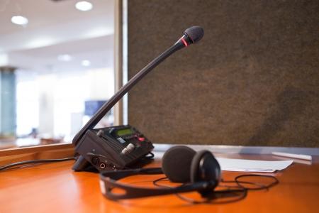 interpretar - Micrófono y centralita en una cabina de interpretación simultánea Foto de archivo
