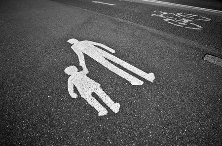 pedestrian sign: concetto guida parentale - segno pedonale sul marciapiedemarciapiede Archivio Fotografico
