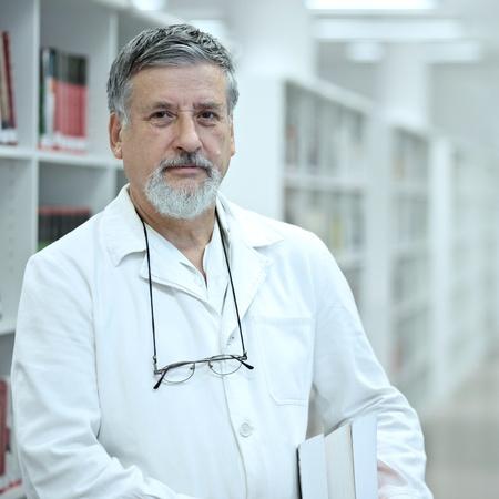 investigador cientifico: Renombrado cient�ficom�dico en una biblioteca de investigaci�n Centrohospital buscando seguros Foto de archivo