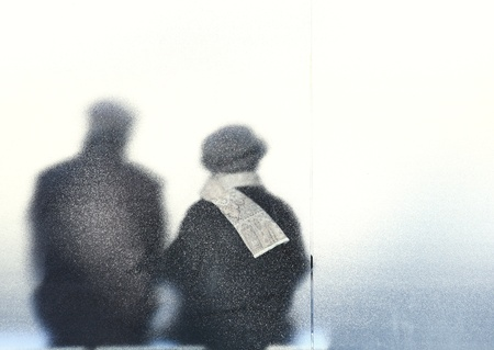 pareja de edad avanzada - antiguo sentado en una parada de autobús